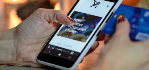 Mobilní telefon s dlaní na obrazovce