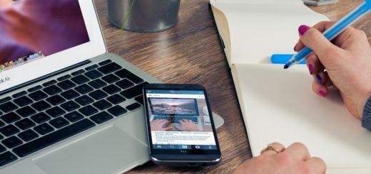 Pohled na nootebook a telefon